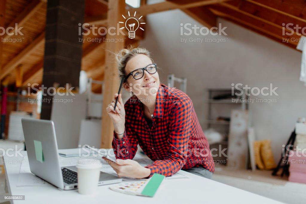 jung, hübsch, blonde Frau plant auf dem Notebook und Tablet geht die Expansion von ihrem Loft und ein Licht auf Ihr – Foto