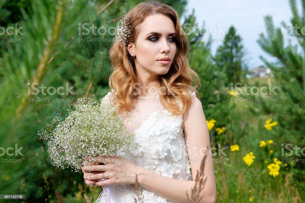 Beyaz gelinlikle açık havada, genç güzel gelin olun yukarı ve saç modeli - Royalty-free Bahar Stok görsel