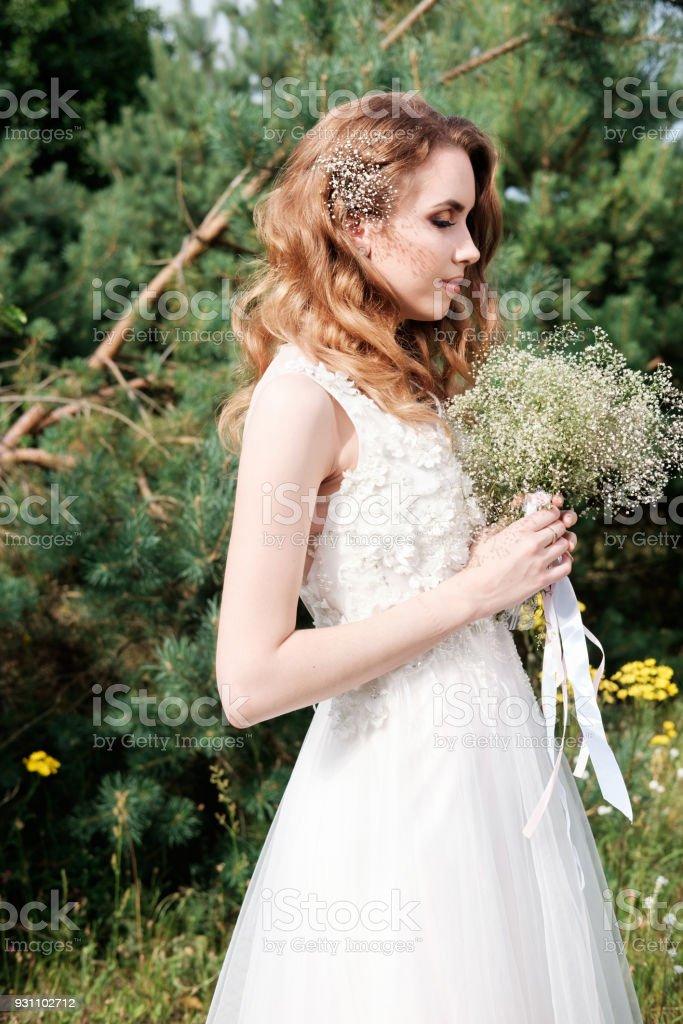 genç güzel gelin beyaz düğün elbise tutun buket açık havada, Kapalı gözlerle olun yukarı ve saç modeli - Royalty-free Bahar Stok görsel