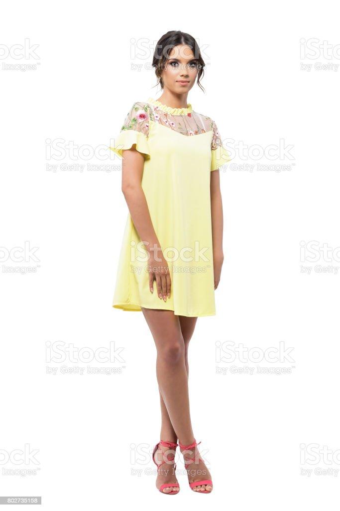 f72d41243c Mujer Joven Bonita Modelo Vestido Amarillo Mirando A Cámara ...