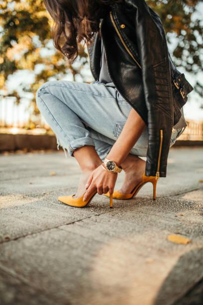jovem muito antiquado garota. novos sapatos de problemas - pé humano - fotografias e filmes do acervo