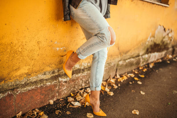 niña bonita moda - moda de zapatos fotografías e imágenes de stock