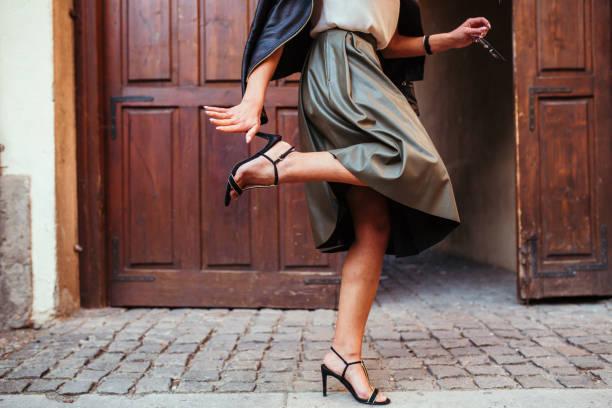 vrij ouderwetse meisje - street style stockfoto's en -beelden