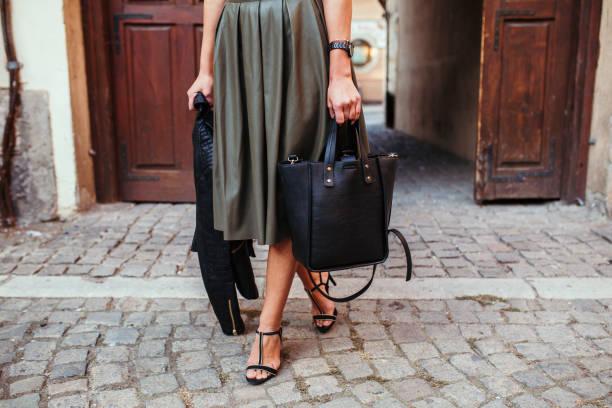 ziemlich altmodisch mädchen - leder handtaschen damen stock-fotos und bilder