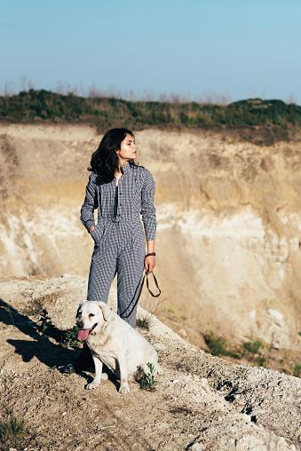 모래 구 덩이에 개 산책 젊은 예쁜 여자 개에 대한 스톡 사진 및 기타 이미지