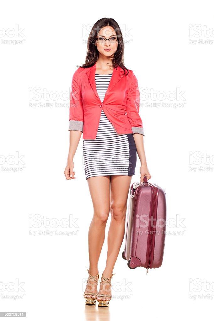 Giovane bella ragazza con la valigia su sfondo bianco a foto stock  royalty-free 7a6250fb2a07