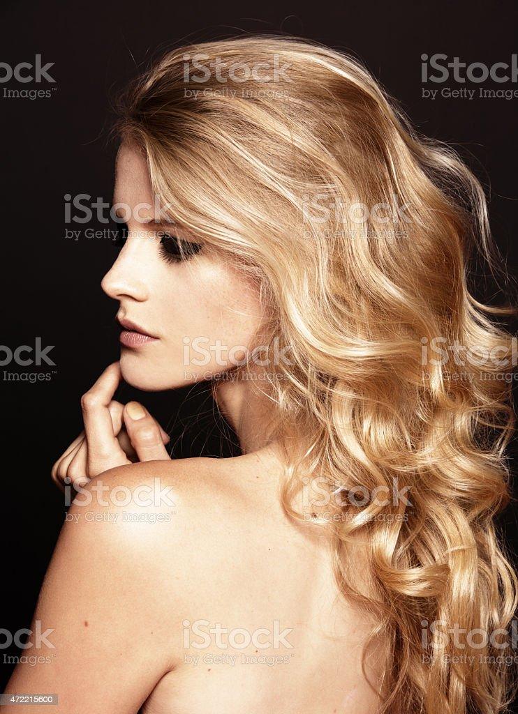 Blonde Haare Dunkle Augenbrauen Natur - Beverley Tower