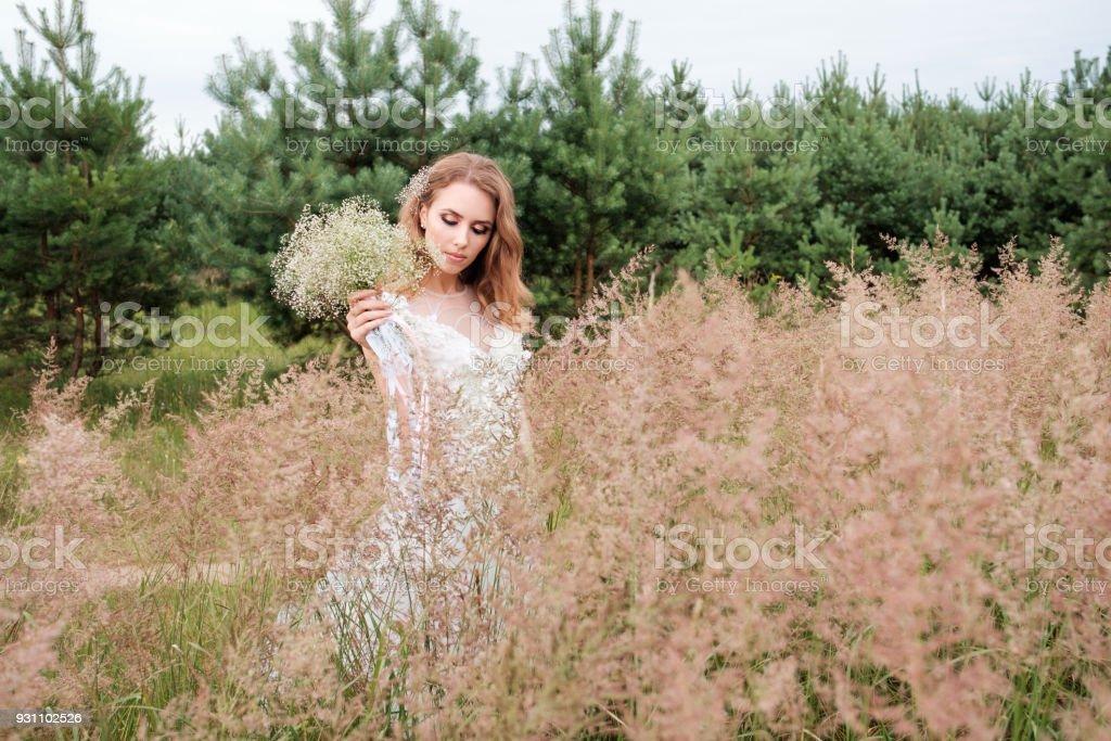 beyaz gelinlik açık havada, genç güzel kadın (gelin) make up ve saç modeli - Royalty-free Bayan elbisesi Stok görsel