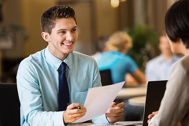 junge professionelle student mit lebenslauf auf job-interview - outfit vorstellungsgespräch stock-fotos und bilder