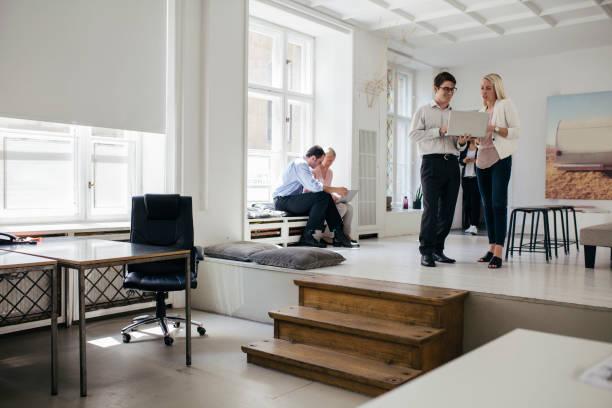 Young Professionals arbeiten zusammen In Bright, öffnen Sie Office-Umgebung – Foto