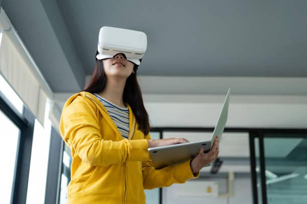 Junger Programmierer mit Virtual-Reality-Brille zum Testen der 3D-Anwendung. – Foto