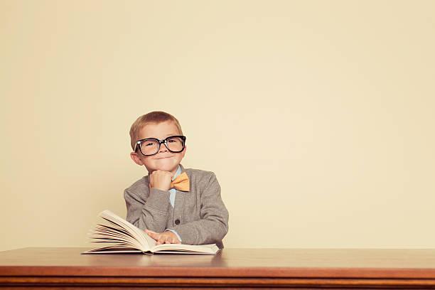 junger reader - humor bücher stock-fotos und bilder