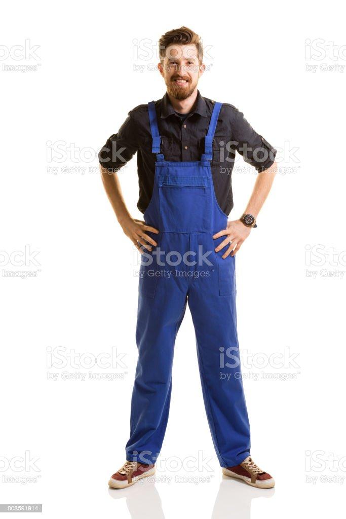 Reparador de jóvenes posando sobre fondo blanco - foto de stock