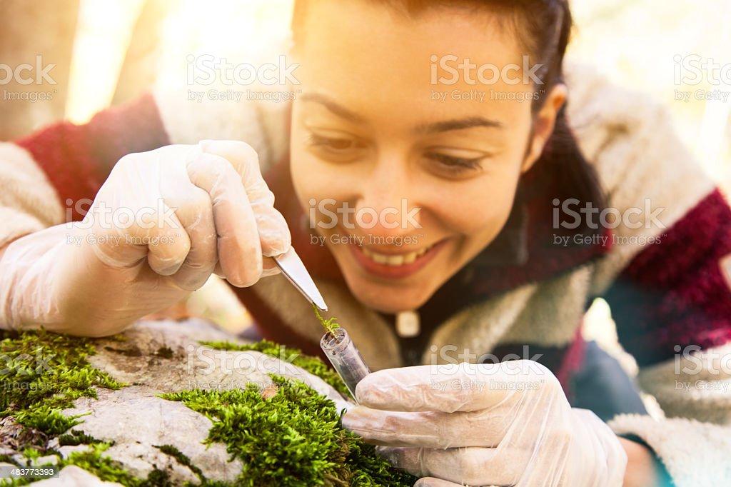 Chercheur jeune femme dans la forêt. - Photo