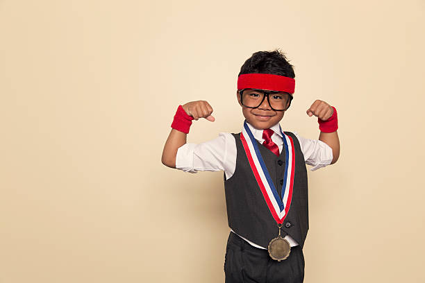 Young Retro negocios Boy Flexes músculos y la medalla de oro - foto de stock