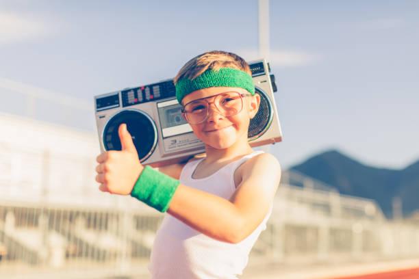 jungen retro-fitness-boy musik hören - motivationsmusik stock-fotos und bilder