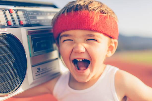 jungen retro-fitness-boy musik hören - one song training stock-fotos und bilder