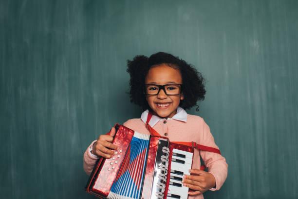 Jungen Retro Nerd Mädchen spielt Akkordeon – Foto