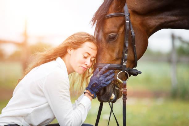 Junge Reiter Frau im Hemd gelehnt, Pferdekopf – Foto