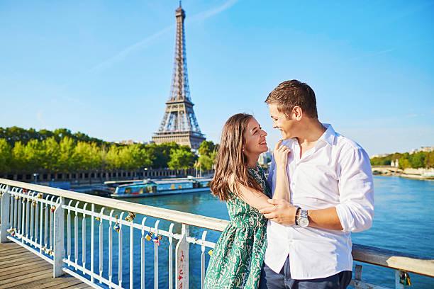Junge Romantisches Paar mit einem Datum nahe dem Eiffelturm – Foto