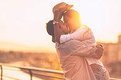 ロマンチックな若いカップル屋外でお楽しみください。