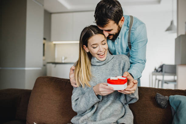 ungt romantiskt par holding present - present bildbanksfoton och bilder
