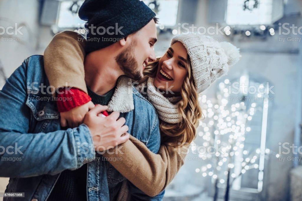 ロマンチックなカップルは屋外で楽しんで冬 - 20代のロイヤリティフリーストックフォト