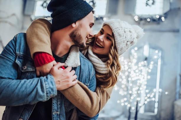jong romantische koppel is plezier buiten in de winter - family winter holiday stockfoto's en -beelden
