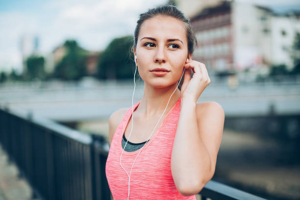 young runner outdoors in the city - motivationsmusik stock-fotos und bilder