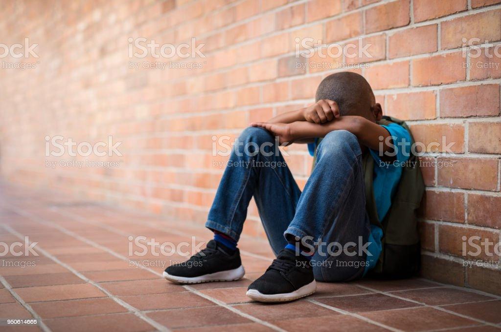 Traurige junge in der Schule – Foto