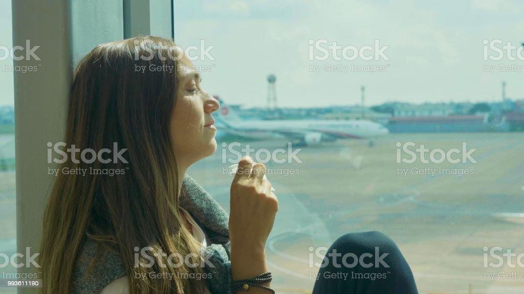 Trauriges Mädchen weint am Flughafen mit Flugzeug auf dem Hintergrund – Foto