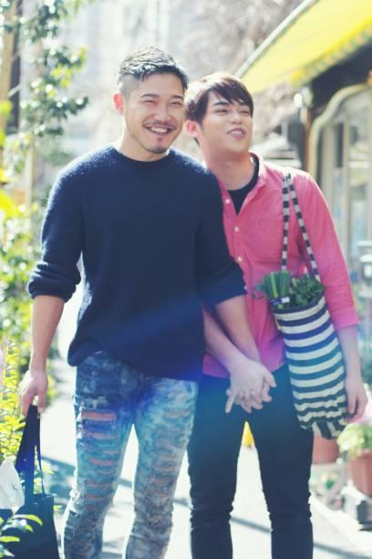 若い同性カップル一緒に買い物に屋外 - lgbtqi  ストックフォトと画像