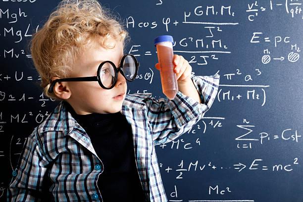 joven científico - e=mc2 fotografías e imágenes de stock