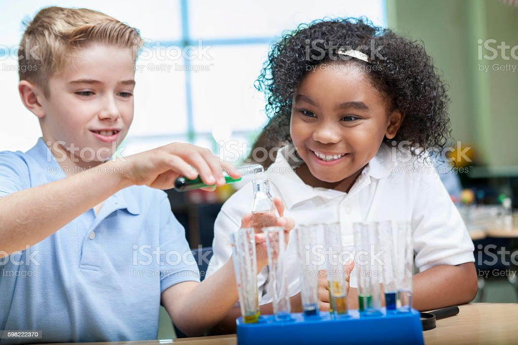 Young scientists enjoy chemistry class foto royalty-free