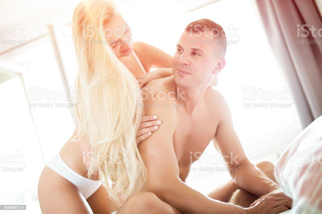 Junge sinnliche Paar in ihrem Schlafzimmer Sex-Konzept – Foto