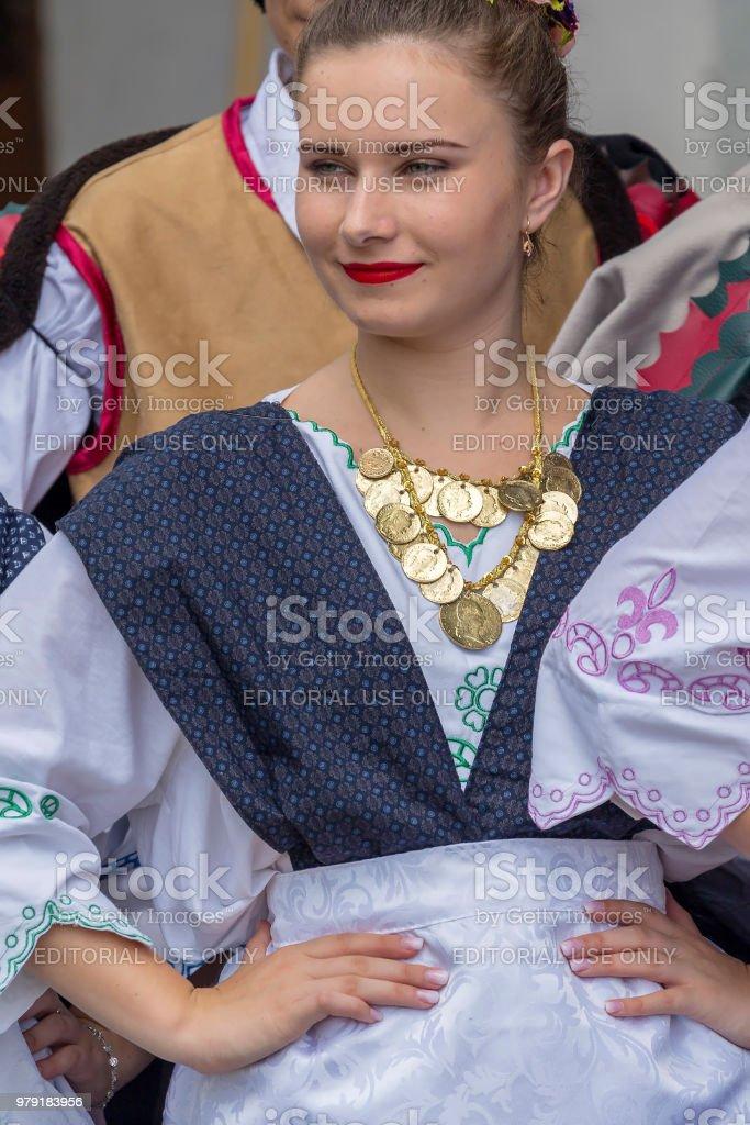 Fille jeune danseuse Serbes du Banat, en costumes traditionnels, show au festival de folk - Photo