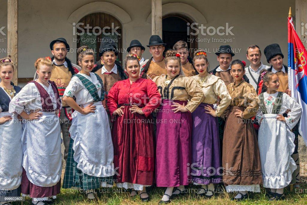 Jeunes danseurs Serbes du Banat, en costumes traditionnels, montrent au festival folklorique - Photo