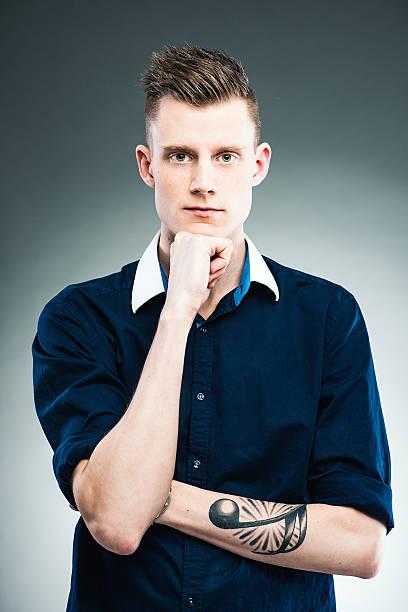 junge ernst mann - musiknoten tattoos stock-fotos und bilder