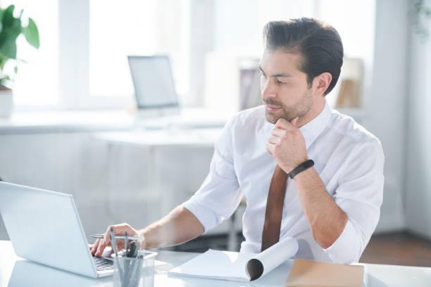 Junge seriöse Büroangestellte lesen Online-Daten – Foto