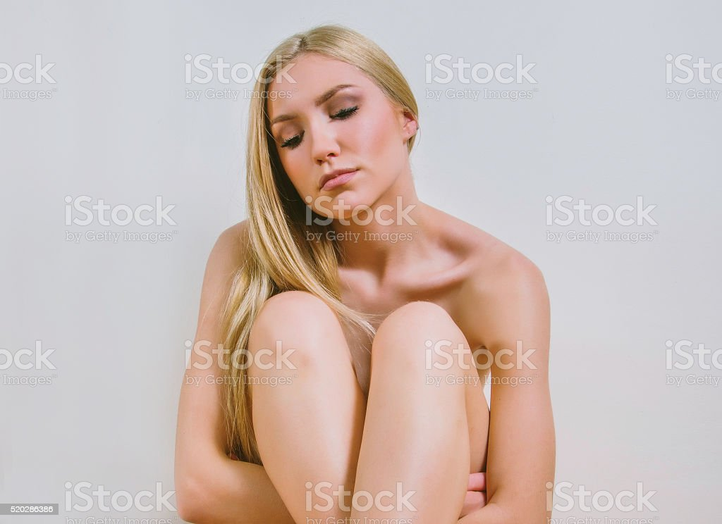 Joven Sexy Chica Desnuda En Frente De La Pared Blanca Foto De Stock