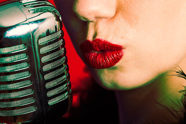 Young singer with vintage microphone. foto
