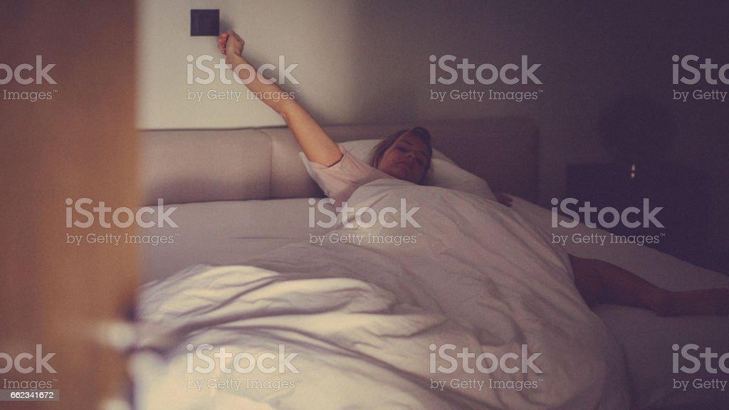 Seule femme en place se réveille dans son lit à la maison le matin - Photo