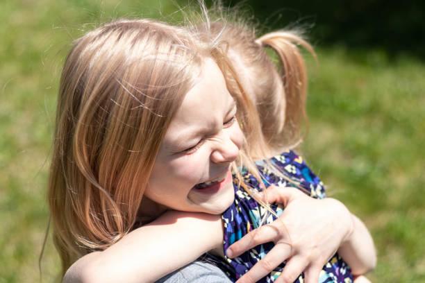 Young Sisters Hugging 2 – zdjęcie
