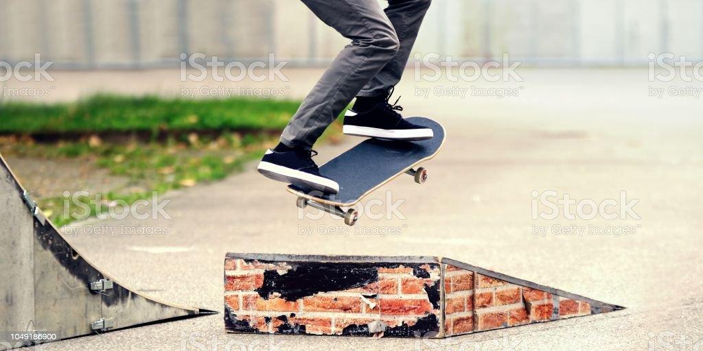 7354635c Skatista jovem praticando o parque de skate. foto de stock royalty-free