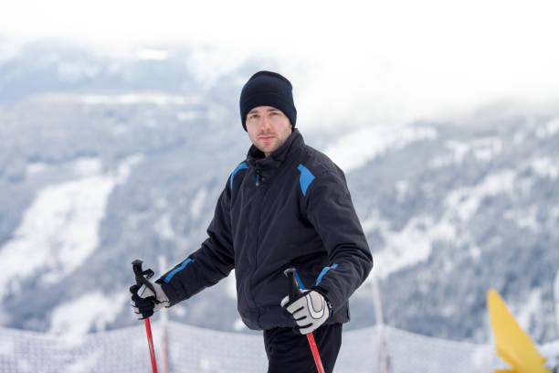 Joven esquiadora, esquiando en un resort de montaña austríaca - foto de stock
