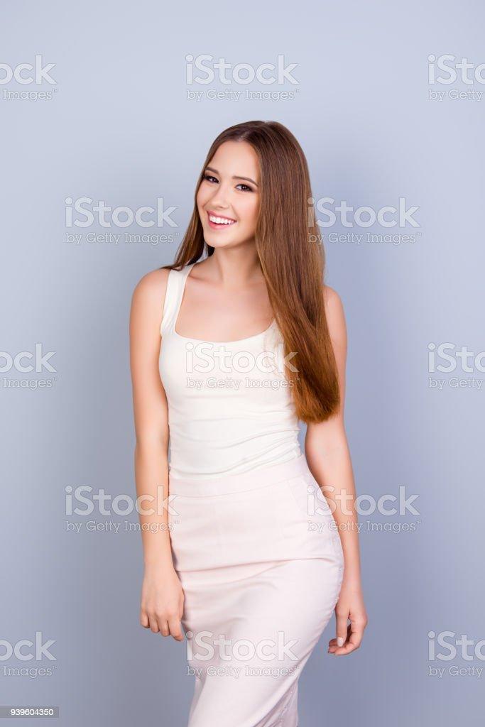 2f71c0ed0 Magro bonita jovem num vestido branco elegante. Ela é bem sucedido e  bonito. Trás