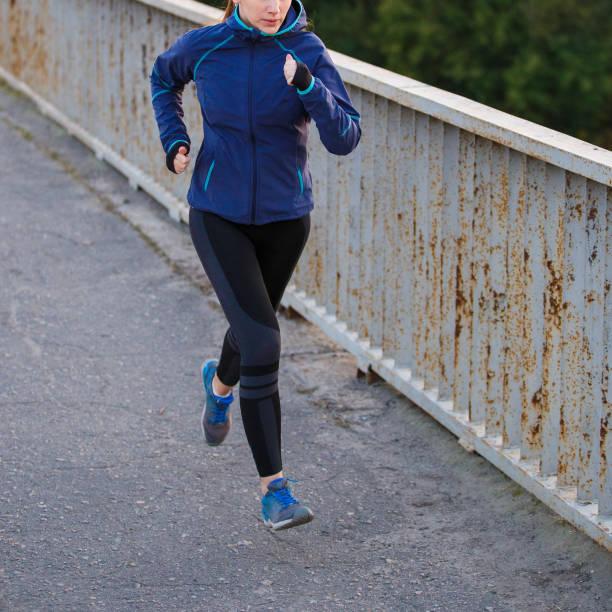 junge schlanke frau auf der brücke am morgen joggen - gewicht schnell verlieren stock-fotos und bilder