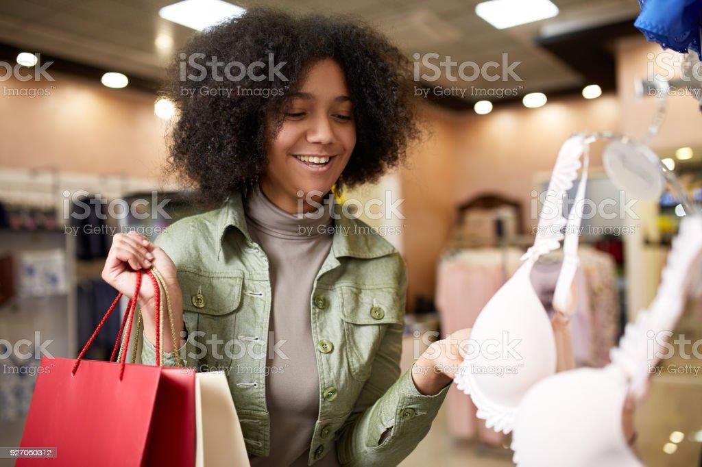 fe35ed28c162 Joven Sonriente A Mujer Afroamericana Atractiva Elegir Talla De ...