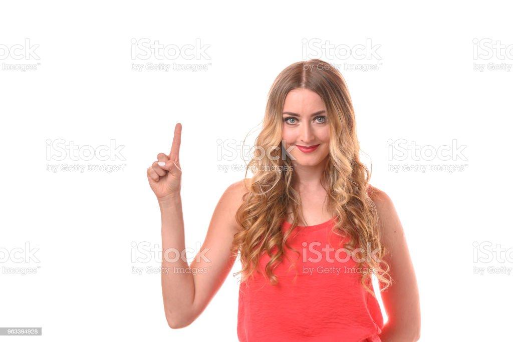 Młoda uśmiechnięta blondynka licząca palcami - Zbiór zdjęć royalty-free (Białe tło)