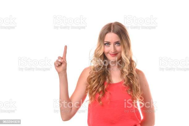 Młoda Uśmiechnięta Blondynka Licząca Palcami - zdjęcia stockowe i więcej obrazów Białe tło